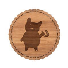 Untersetzer Rundwelle Schwein mit Hufeisen aus Bambus  Coffee - Das Original von Mr. & Mrs. Panda.  Diese runden Untersetzer mit einer wunderschönen Wellenform sind ein besonderes Highlight auf jedem Esstisch. Jeder Gläser Untersetzer wurde mit viel Liebe handgefertigt und alle unsere Motive sind mit besonders viel Hingabe von unserer Designerin gestaltet worden.     Über unser Motiv Schwein mit Hufeisen  Schweine gehören zu den ältesten Haustieren der Welt. Sie sind sehr intelligent und…