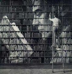 Rostro leyendo, mosaico formado con los libros de una librería