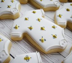 Likes, 70 Comments - Veronica McMaster Bee Cookies, Onesie Cookies, Galletas Cookies, Flower Cookies, Royal Icing Cookies, Cookie Bouquet, Heart Cookies, Birthday Cookies, Valentine Cookies