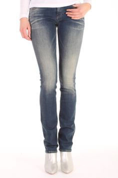 De Blade FBS van Denham is gemaakt van katoen met polyamide en elasthan. De Blade is een straight fit jeans en heeft een dirty wassing. Blade FBS - 02-13-11-11-013.