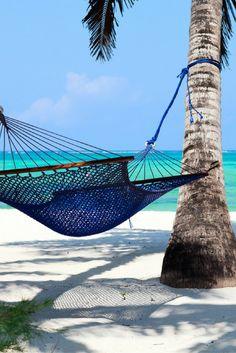 Ga relaxen in een hangmat en drink een drankje uit een echte kokosnoot op Zanzibar 🌴 🌊 ! https://ticketspy.nl/deals/9-dagen-de-witte-zandstranden-van-zanzibar-va-e690/