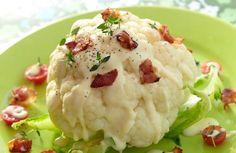 Blomkål med ostesaus og bacon - Blomkål med ostesaus er en gammel klassiker som fortjener å bli børstet støv av! Det smaker ypperlig til middag, og baconet kan byttes ut med reker, om du ønsker det.