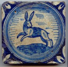 tegel van aardewerk met tinglazuur, voorstellende een springende haas, ca. 1625-1650