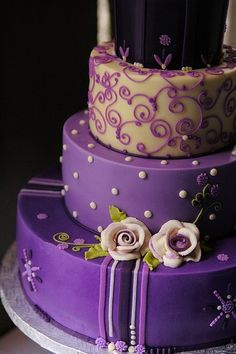Simple and elegant halloween wedding cakes ideas in purple Gorgeous Cakes, Pretty Cakes, Cute Cakes, Amazing Cakes, Purple Cakes, Purple Wedding Cakes, Cupcake Wedding, Gold Wedding, Wedding Colors