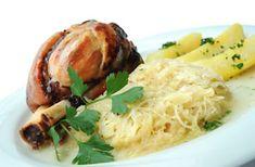 Eisbein mit Sauerkraut und Kartoffeln