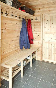 TRANG GANG: Har du en trang gang hvor det ikke er plass til klesskap eller hyller, vil en solid knaggrekke og en enkel benk gjøre jobben. Under sittebenken kan du gjemme skoene. Mountain Cottage, Saunas, Mudroom, Entryway, New Homes, Cabin, Interior, House, Inspiration