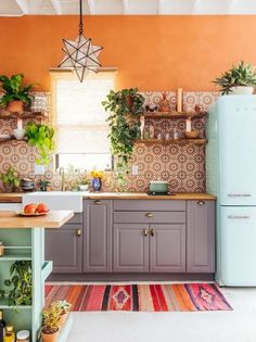 Bohemian style interior design for a colorful home. Meet The Jungalow! – Esther Bohemian style interior design for a colorful home. Meet The Jungalow! Bohemian style interior design for a colorful home. Meet The Jungalow! Kitchen Ikea, New Kitchen, Eclectic Kitchen, Copper Kitchen, Kitchen Gadgets, Kitchen Storage, Awesome Kitchen, Kitchen Furniture, Studio Kitchen