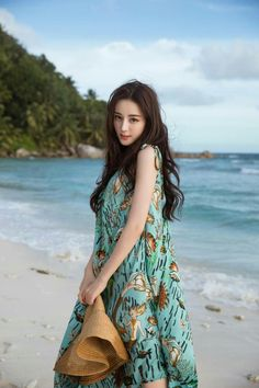 Dilireba has fun by the sea in new pictures from her trip to Seychelles! Idol 3, Girl Fashion, Fashion Outfits, Fashion Design, Chinese Actress, Beautiful Asian Women, Ulzzang Girl, Asian Woman, Korean Girl