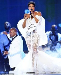 Toni Braxton turns back the clock with her 1996 hit Un-Break My Heart at the 2019 AMAs Beautiful Love Pictures, Beautiful Black Women, Un Break My Heart, Foreign Celebrities, Vintage Black Glamour, Toni Braxton, Black Women Fashion, My Heart Is Breaking, Celebrity Style