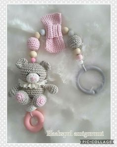 Maxi cosi hanger gemaakt Crochet Bib, Crochet Earrings, Baby Lamb, Baby Teethers, Baby Rattle, Cool Baby Stuff, Craft Gifts, Crochet Projects, Baby Gifts