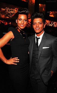Alicia Keys e Bruno Mars na audiência do Grammy 2012.