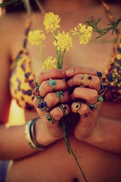 *hippies *rainbows *flowerchildren *freeks that bikini and rings Hippie Love, Hippie Chick, Bohemian Gypsy, Gypsy Style, Bohemian Style, Boho Chic, Ibiza Style, Hippie Masa, Gypsy Chic