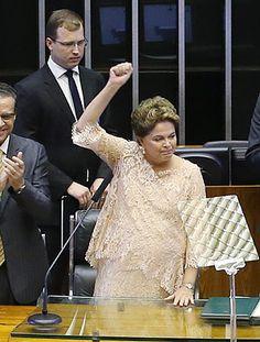 Dilma quis mostrar ousadia estética, mas não disfarçou incômodo com look; presidente optou por um por um tom entre o rosa chá e o off-white
