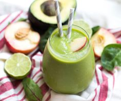 This creamy green smoothie with avocado and peaches is a refreshing and healthy recipe to start the morning!