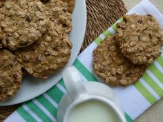vegan chocolate chip oatmeal cookies -- gluten-free and sweetened with maple syrup!