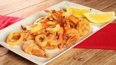 Fritto di calamari e scampi La dritta del cuoco per un fritto non unto, poggiare i calamari e gli scambi su carta assorbente poggiata in un piatto