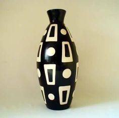 Pottery Painting Designs, Pottery Designs, Pottery Art, Glass Bottle Crafts, Bottle Art, Pottery Handbuilding, Vase Crafts, Bottle Painting, Vases Decor