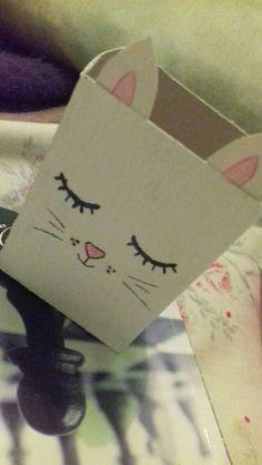 Uma caixinha qualquer pintada de branco e com desenho de gatinho vira um porta trecos *--*