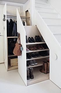 Perfecto zapatero y guardaropa, aprovechando nuestro hueco de escalera, tantas veces inutilizado, me gusta!!!!