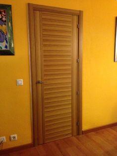 Espectacular puerta de una madera exótica como es el Zebrano