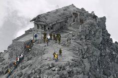 Fotografia sense editar de bombers al Santuari del volcà Ontake