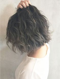 Dye your hair gray Lob Hairstyle, Permed Hairstyles, Cool Hairstyles, Short Permed Hair, Short Hair Cuts, Cut My Hair, Her Hair, Medium Hair Styles, Curly Hair Styles
