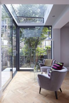 grandes fenetres dans le salon avec verrier de toit Garden Room Extensions, House Front, Skylight, Sweet Home, Windows, Architecture, Interior, Furniture, Home Decor