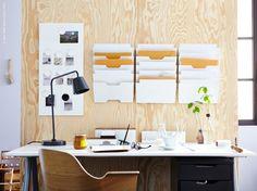 En lugn plats att kunna fokusera vid är skönt att ha om du jobbar hemifrån, ska betala räkningarna eller bara vill hänga framför datorn en stund. Vi gör rum för arbetsro med bra förvaring. KVISSLE arkivet håller ordning bland alla viktiga papper i hemmakontoret.