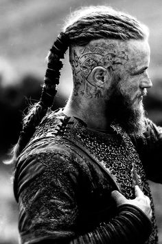 If you've watched the show Vikings you've noticed Ragnar Lothbrok's insanely rad warrior-esque hairstyle. The character portrayed by Travis Fimmel is rocking the shaved sides with long top variation of the top knot. The real question is, can this hairstyl Vikings Ragnar, Vikings Tv Show, Vikings Tv Series, Travis Vikings, Hair And Beard Styles, Long Hair Styles, Viking Men, Viking Shop, Viking Costume