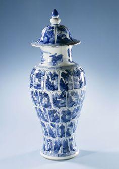 | Vaas met deksel, c. 1700 | Balustervormige vaas, met spreidende voet, wijde hals en gewelfde deksel met overkragende rand en knop. Gedecoreerd in onderglazuur blauw met vijf horizontale banden van panelen in de vorm van een lotusbloemblad; beschilderd met rivierscènes met rotsen, bomen en brug of paviljoen.  Vaas is onderdeel van een vijfdelig kaststel.