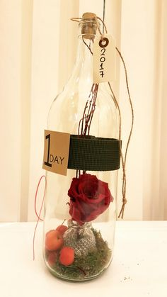 Αποχυμωμένο τριαντάφυλλο σε γυάλινο μπουκάλι. Το τριαντάφυλλο έχει υποστεί ειδική επεξεργασία και διατηρείται για πάντα.  Ύψος: 30εκ.