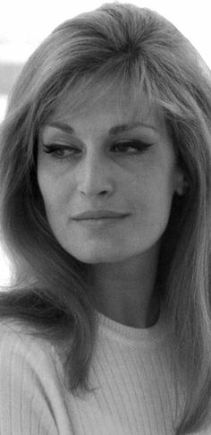 bellissima dalida...version noir et blanc...                                                                                                                                                                                 Plus