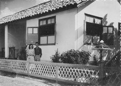 Empresário Leopoldo Teixeira, o Teixeirinha, e sua esposa Graça.  Teixerinha era dono do posto de gasolina e da primeira concessionária de carros do Amapá e aos domingos fazia parte da paisagem de Macapá transportando sua voadeira em direção à Fazendinha, onde esquiava. Já é falecido.  D. Graça mora em Belém.