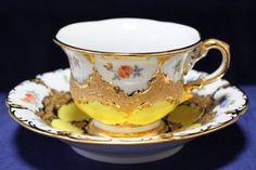 Šálek na čaj * bílo žlutý malovaný porcelán, zdobený zlatem * Míšeň.