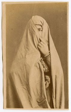 Veiled woman, by Félix Bonfils Vintage Pictures, Old Pictures, Old Photos, Weird Pictures, Black White Photos, Black And White, Islamic World, Film Stills, North Africa