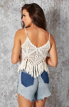 Crochet beautiful and feminine white summer top. Free patterns for crochet white top Crochet Crop Top, Crochet Blouse, Crochet Bikini, Knit Crochet, Crochet Summer, Boho Crochet Patterns, Knitting Patterns, Free Knitting, Mode Crochet