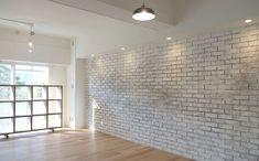 <p>レンガ造りの部屋をリノベーションしたかのような壁。エイジング塗装の技が秀逸