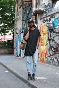 The longer length tee: The Locals in Berlin - Street Style Kreuzberg Berlin Fashion, Uk Fashion, Fashion Tips, Fashion Design, Street Fashion, Men Street, Street Wear, Martin Gropius Bau, Berlin Street Style