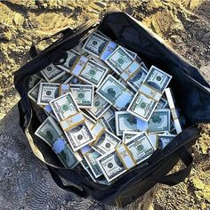What would you do if you find this bag full of cash? Courtesy of @ceomen _ ©Unknown