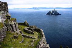 The Skelligs zijn een paar kleine, rotsachtige eilanden waar veel vogels voorkomen. Ook is er een kloostercomplex uit de zesde eeuw te zien.