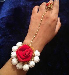 Antique Jewellery Designs, Jewelry Design, Flower Jewellery For Haldi, Rakhi Making, Handmade Rakhi, Rakhi Design, Hand Flowers, Flower Ornaments, Jewelry Patterns