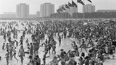 Zomerse drukte aan de Sloterplas, 1967. In 1957 werd aan de noordkant van de plas het openluchtbad 'Sloterparkbad' geopend, in 1973 verrees hier een overdekt zwembad, dat in 2001 werd vervangen door een nieuw gebouw voor o.a. wedstrijd-zwemsport. Foto is in eigendom van Spaarnestad Photo/Nationaal Archief/fotograaf Ron Kroon/te bestellen via gahetna.nl