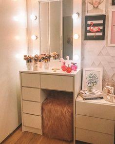 A imagem pode conter: área interna Room Design Bedroom, Room Ideas Bedroom, Small Room Bedroom, Home Room Design, Bedroom Decor For Teen Girls, Teen Room Decor, Small Bedroom Vanity, Small Vanity, Pinterest Room Decor
