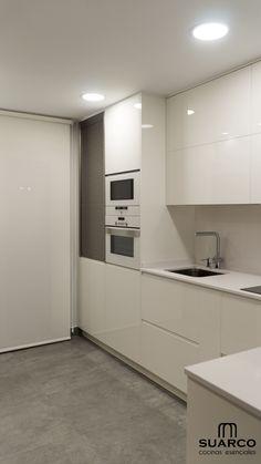 Cocina pequeña con zona de comedor. Cocinas Suarco. Modern Interior Design, Interior Design Living Room, Interior Decorating, Stylish Interior, Kitchen Design, Kitchen Decor, Cabinet Makeover, Kitchen Styling, Kitchen Remodel