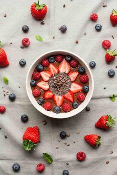 Mint Chocolate Smoothie Bowl - a quick and easy vegan breakfast recipe that tastes like dessert! | eatloveeats.com