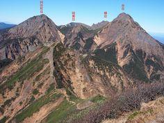 旭岳を経て赤岳へ至る縦走路と阿弥陀岳、横岳、硫黄岳を望む。権現岳からの赤岳|八ヶ岳登山ルートガイド。Japan Alps mountain climbing route guide