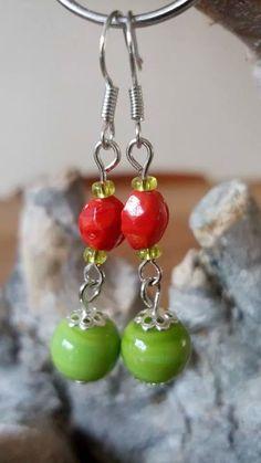 Rood met groene oorbellen. (Glas)
