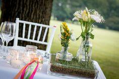 Rustico matrimonio in campagna: la magia del matrimonio in uno spazio aperto!!!! Mise en place con fiori di campo e prato sul tavolo -  mise en place with flowers and candles.