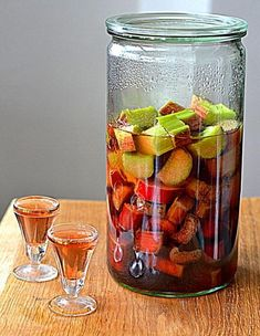 Rabarbar w wódce - Przepis - WP Kuchnia Homemade Wine, Irish Cream, Fruit Smoothies, Diy Food, My Favorite Food, Alcoholic Drinks, Cocktails, Food And Drink, Healthy Recipes