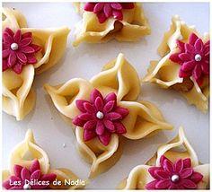 Il s'agit de gâteaux algériens au nom d'une fleur de jasmin el yasmina, aux amandes et ensuite miellé réalisé par Nadia qui est vraiment douée dans la confection